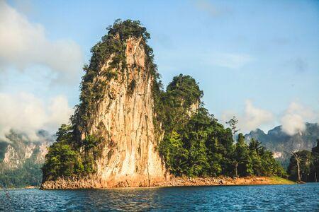 atracci�n: Hermosas islas y aguas cristalinas. Esta atracci�n tur�stica es asesinado en la provincia de Surat Thani, Tailandia.
