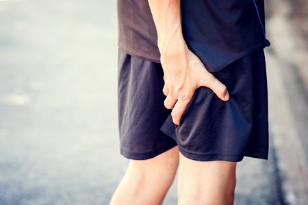 痛みが足に触れるランナー。アスリート ランナー トレーニング中の事故。スポーツ ランニング足捻挫。 写真素材
