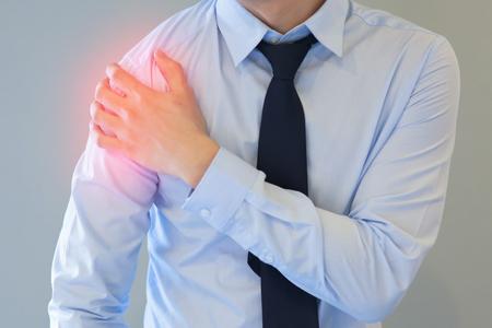 붉은 반점을 가진 남자 갖는 어깨 통증의 문제 스톡 콘텐츠