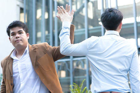 reuniones empresariales: Diversos jóvenes asiáticos Hombres de negocios que dan altos cinco Foto de archivo