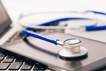 Tablet / phablet durch Stethoskop diagnostiziert - Telefon Reparatur und prüfen Sie Konzept Standard-Bild