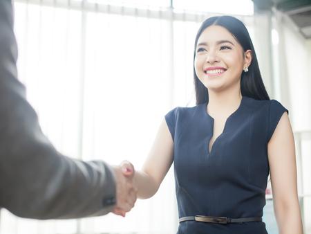 스마트 자신감 아시아 사업가 손을 미소 떨고