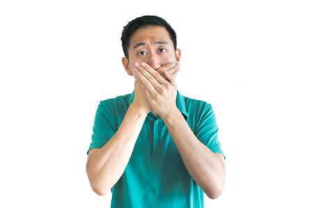 若いアジア人の手で口をカバー