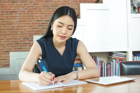 Hermosa mujer asiática escribir un cuaderno en el vector en inter moderna