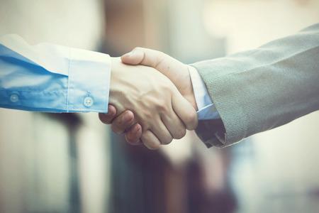 stretta di mano: Business stretta di mano. Due uomo d'affari si stringono la mano (tono vintage)