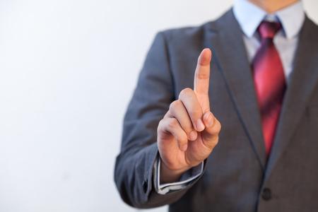 Homme d'affaires appuyant dans l'air avec un doigt - numérique et de l'imagination notion