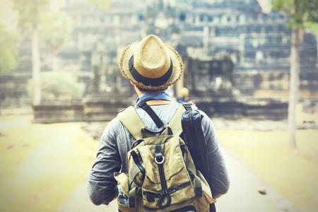 Jonge reiziger het dragen van een hoed met rugzak en statief - in Angkor Wat, Siem Reap, Cambodja Stockfoto