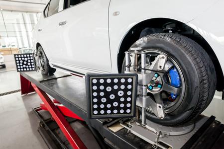Schorsing aanpassing en Automobile wieluitlijning werk dat wordt geïnstalleerd met geautomatiseerde uitlijning machine clamp