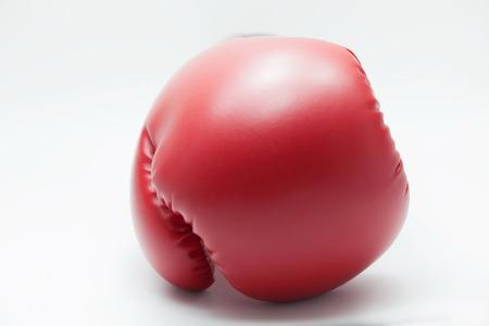 正面を向いている白い分離のバック グラウンドでのボクシング グローブ。