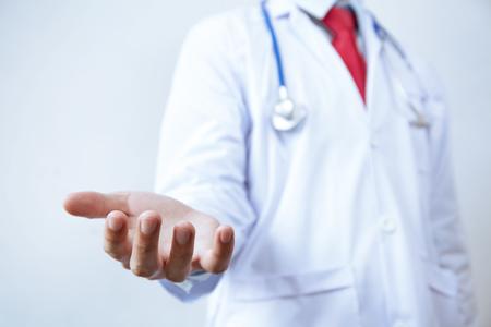 Arzt mit Stethoskop anbietet, Hände Geste helfen - Medizinische Unterstützung und Hilfe-Konzept Lizenzfreie Bilder