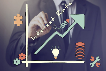 Businessman dessin diagramme du taux d'intérêt croissant