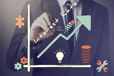 El hombre de negocios dibujo diagrama de aumento de la tasa de interés