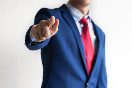 Ufny business manager wskazuje przy kamerą jak chcemy gest - wskazuje firma szuka nowych pracowników Zdjęcie Seryjne