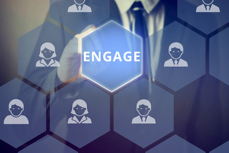 Zakenman aanraken 'ENGAGE' woord op het virtuele scherm - kan de betrokkenheid van klanten en marketing aan te geven