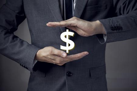 3D Dólar sesión entre dos manos de hombre de negocios. Foto de archivo - 64811037