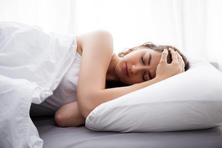 Junge schöne kaukasischen Frau auf dem Bett mit Kopfschmerzen  Schlaflosigkeit  Migräne  Stress