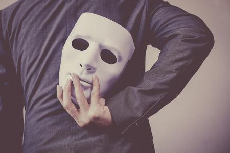 Business-Mann mit weißen Maske, um seinen Körper Business-Betrug Anzeige- und Fälschen Business-Partnerschaft. Lizenzfreie Bilder