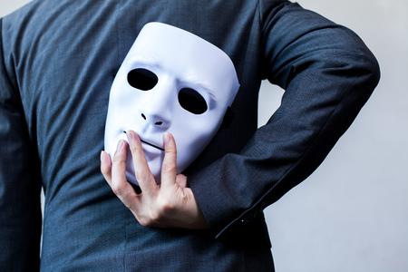 Bedrijfsmens die wit masker dragen aan zijn lichaam wijzend op Bedrijfsfraude en faken bedrijfsvennootschap. Stockfoto