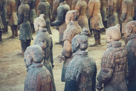 兵馬俑の兵士の彫刻を中国西安市グループ 写真素材