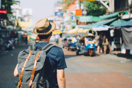 Jonge Aziatische reizen backpacker in Khao San Road openlucht markt in Bangkok, Thailand