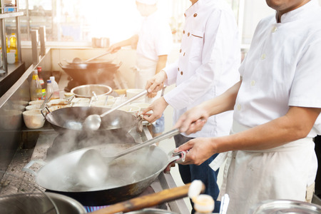 ホテルやレストランの台所の忙しい料理のシェフのグループ