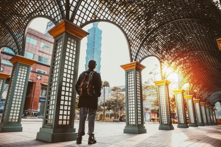 台湾 (中華民国) - 台湾観光で台北市シーンで日没時に立っている観光