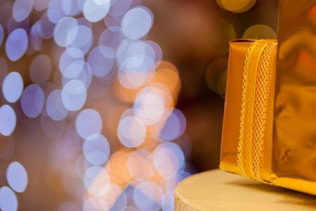골드 bokeh 배경 - (선택적 포커스)에서 흐리게 스택에 쌓여 황금 선물의 근접 황금 bokeh 배경 - 스톡 콘텐츠 - 89906374