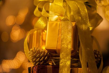 골드 bokeh 배경 - (선택적 포커스)에서 흐리게 스택에 쌓여 황금 선물의 근접 황금 bokeh 배경 - 스톡 콘텐츠 - 89555116