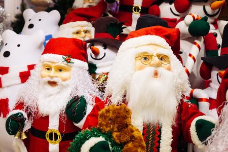 Horde van Santa Claus-poppen en ijsberenpoppen op Kerstmisachtergrond