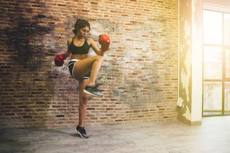 Junges weibliches Boxertrainings-Eignungsboxen an der Turnhalle, Übungseignung für gesunden und dünnen Körper