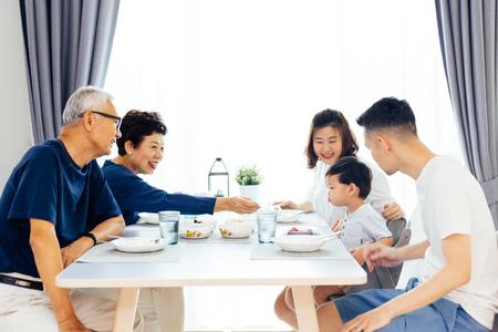 Bonne famille élargie asiatique en train de dîner à la maison plein de rire et de bonheur