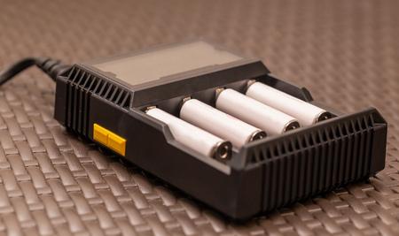 Stapel oplaadbare AA-batterijen die worden opgeladen - Close-up shot Stockfoto