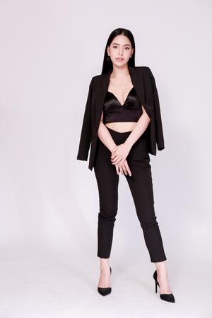 Elegante e moderna donna d'affari asiatica fiduciosa in stile lookbook isolato su sfondo bianco
