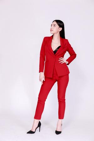 Femme d'affaires confiante asiatique élégante et moderne dans un style lookbook isolé sur fond blanc