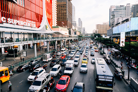 BANGKOK, THAILAND - December 14 2019: Heavy traffic in front of Central World. Central World is one of the most jammed traffic congestion in Bangkok metro city 新聞圖片