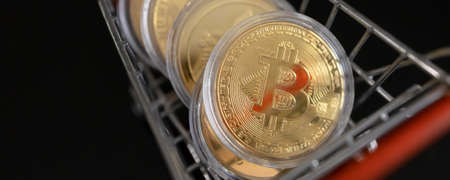 Bitcoin inside trolley cart - Cryptocurrency and Digital asset concept Banque d'images