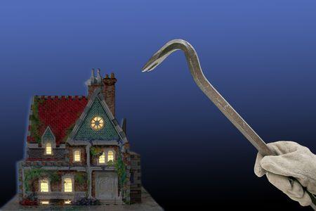 huis met huis-breker en breekijzer in de nacht geïsoleerd op zwart en blauw terug-grond Stockfoto