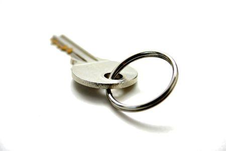 sleutel met sleutelhanger geïsoleerd op witte achtergrond
