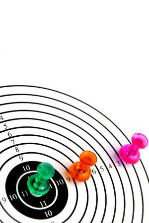 doelgroep met drie pinnen geïsoleerd op witte achtergrond, zie ook mijn andere beelden van doelen