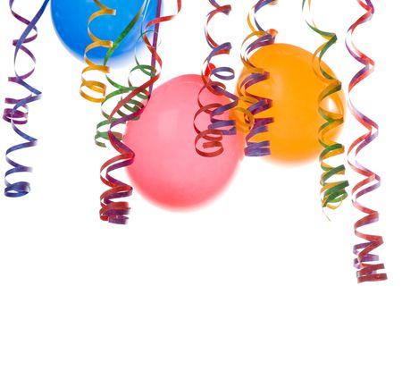 Grens gemaakt van kleurrijke ballonnen en confetti geïsoleerd op witte achtergrond Stockfoto