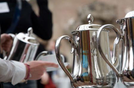 serveren van een kopje koffie of thee