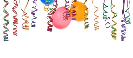 De rand van de kleurrijke ballonnen en confetti geïsoleerd op witte achtergrond Stockfoto