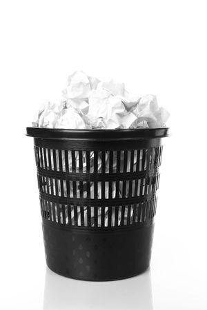 recycle-bin met proppen papier Stockfoto
