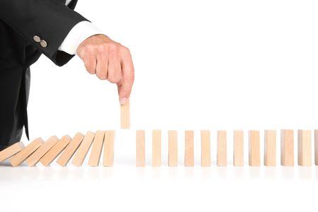 domino geïsoleerd op wit als een abstract begrip
