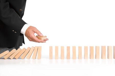 domino geïsoleerd op wit als een abstract concept, gericht op dominostenen