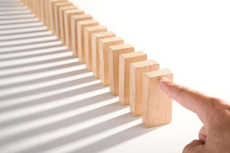 Domino geïsoleerd op wit als een abstract concept
