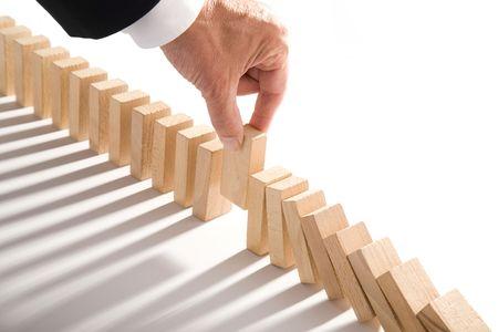 dominos isolé sur blanc comme un concept abstrait de gestion