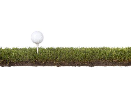 coupe d'herbe avec une balle de golf sur le tee Banque d'images