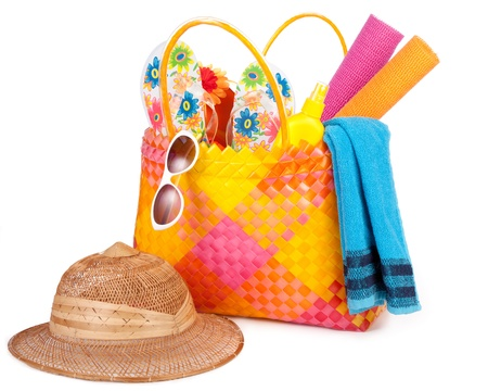 strand tas met handdoek zonnebril slippers en hat.isolated op wit. Stockfoto