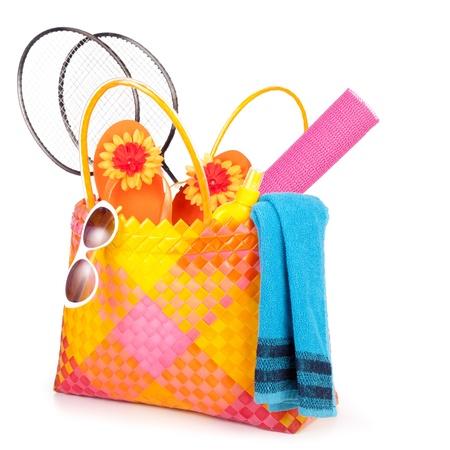 Strandtasche mit Handtuch Sonnenbrille Flip-flops und hat.isolated auf weiß